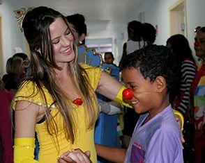 Espetáculo A Bela e a Fera encanta pacientes do Martagão Gesteira