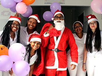 Alunos de enfermagem da Unime fazem ação de Natal no Martagão Gesteira