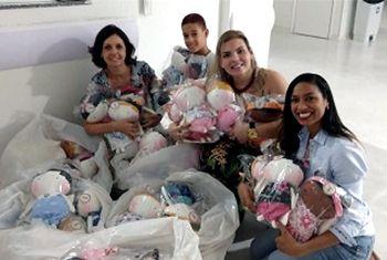 Empresária viaja mais de  2 mil km para doar bonecas a crianças do Martagão