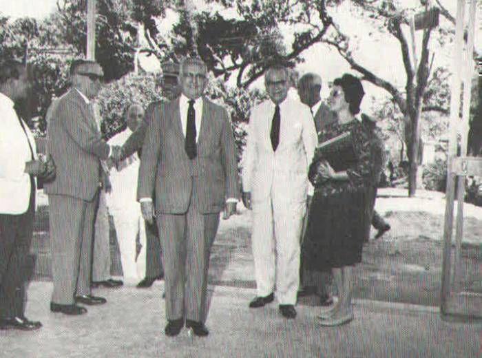 Álvaro Bahia e o governador Juraci Magalhães em visita ao Hospital Martagão Gesteira, acompanhados dos médicos Arnaldo Santana, Álvaro Franca Rocha e Manoel Pedrosa.