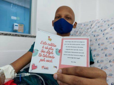 Pacientes e profissionais recebem cartões com mensagens de carinho e solidariedade