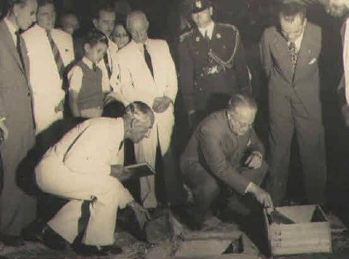 Lançamento da Pedra Fundamental do Hospital Martagão Gesteira, com a presença do Ministro Souza Campos, de Educação e Saúde, e do Provedor da Santa Casa de Misericórdia (1946)
