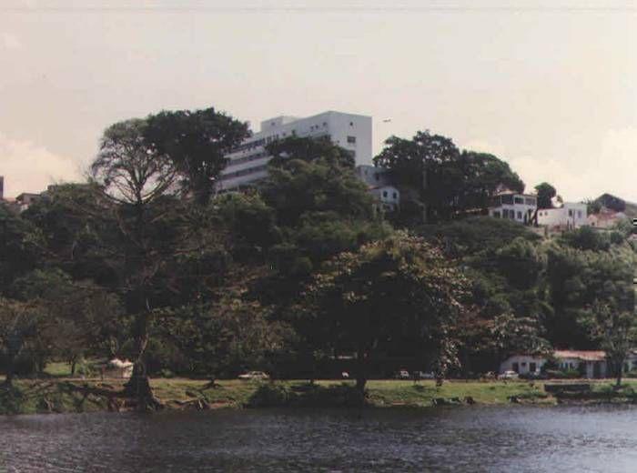 Fachada do Hospital Martagão Gesteira vista do Dique do Tororó